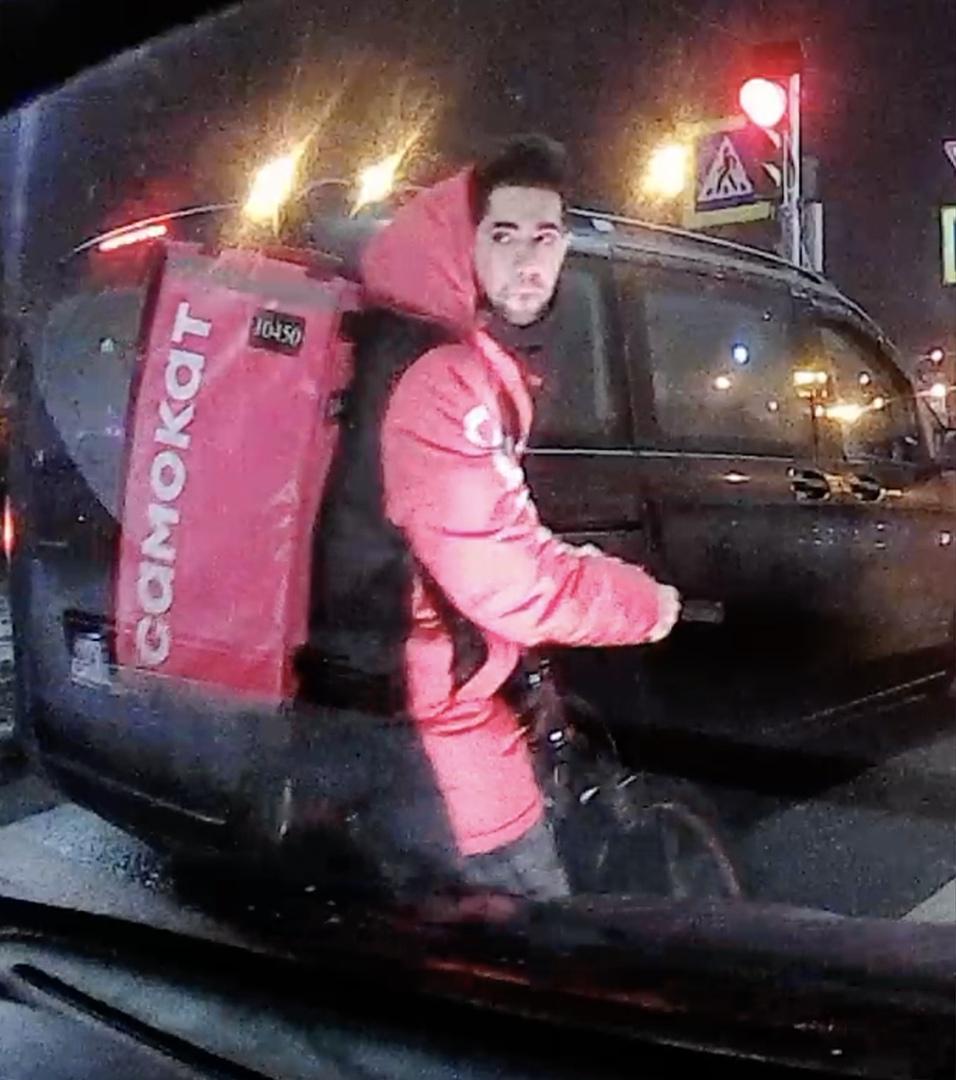 25 февраля, ориентировочно в 18:00 велосипедист «самоката» проскочил в среднем ряду, снес зеркало ру...
