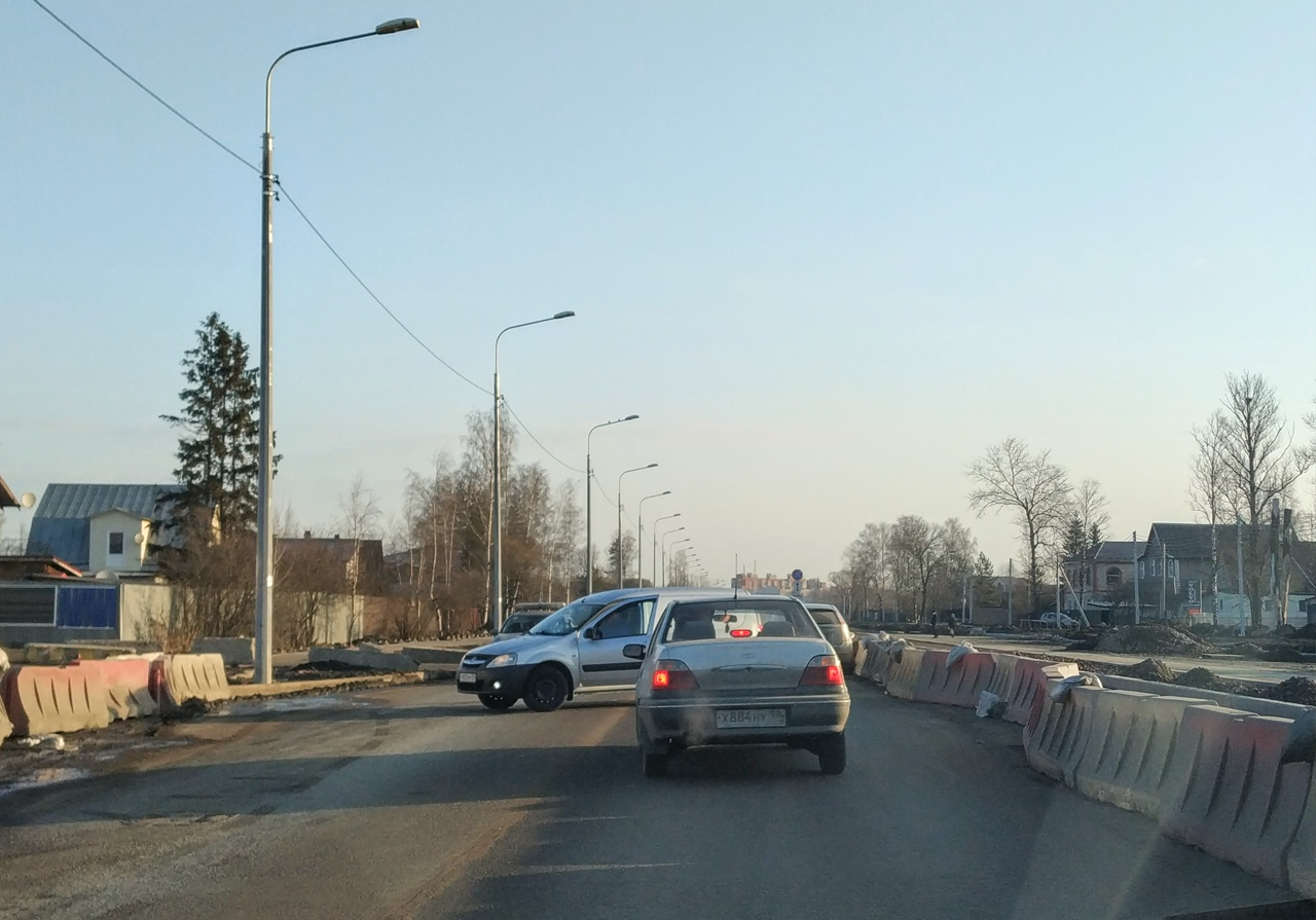 Слабоумие и отвага на реконструируемом участке Таллинского шоссе. Ларгус решил отважно развернуться ...