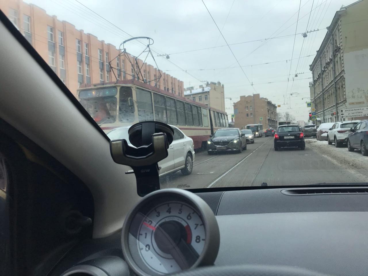 На Кондратьевском у дома 5, двое не смогли развернуться. Объезд по встречке. Проклятье трамвайных ...
