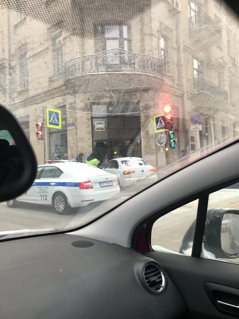На перекрестке Большой Монетной и Каменноостровского Volkswagen заехал в кофейню.
