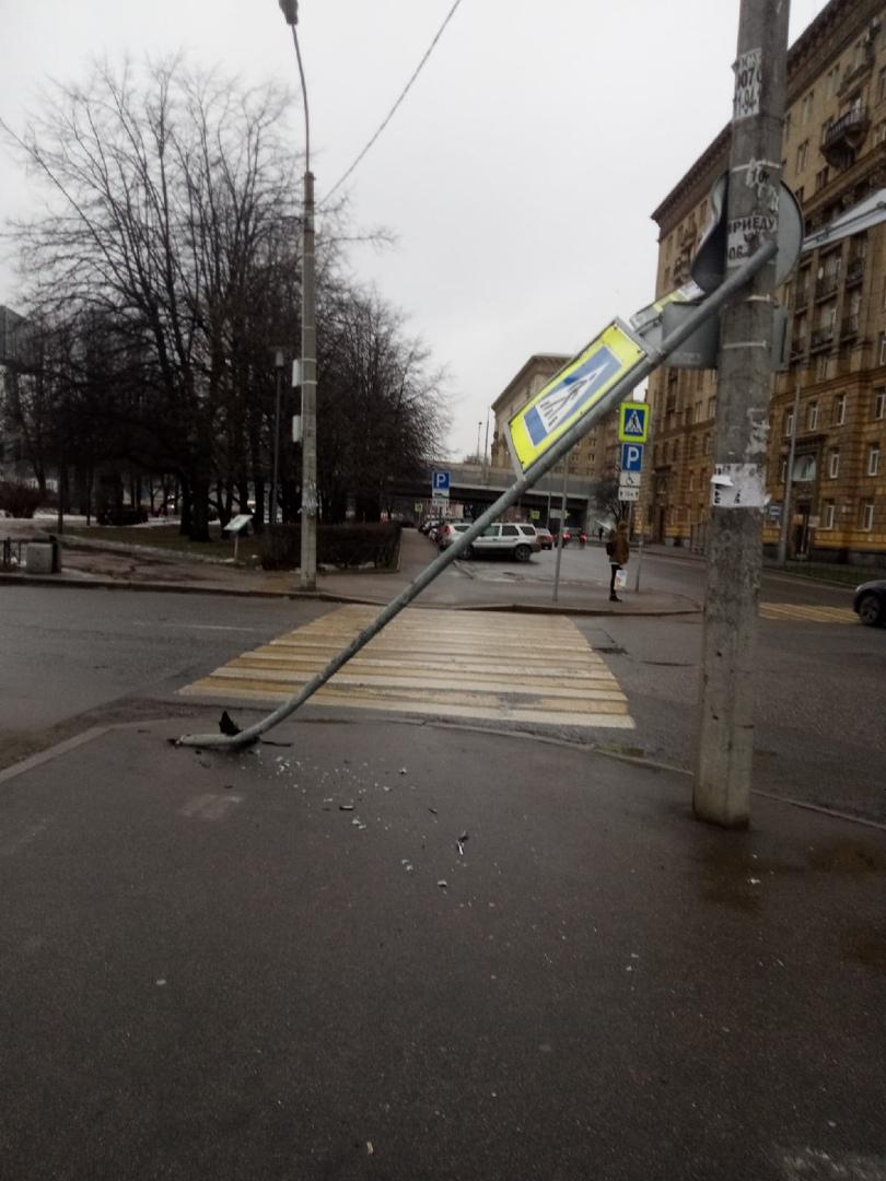 ДТП на у Автовской, виновник врезался в столб и скрылся с места. Но не увидел то, что у него отвалил...