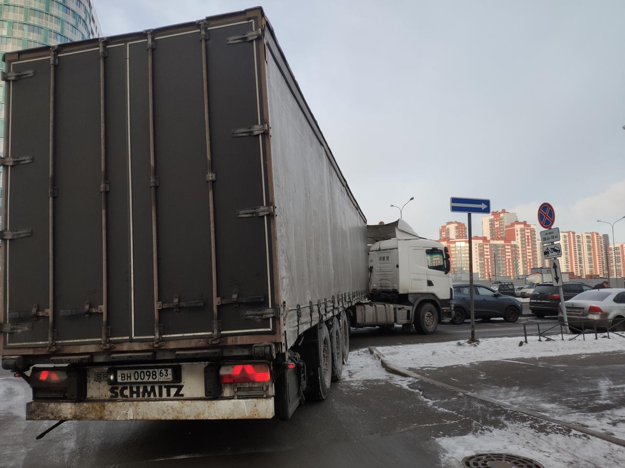 Фура выезжая из дворов от ТЦ Прибалтийский в карман на пр. Героев зацепила припаркованный автомобиль...