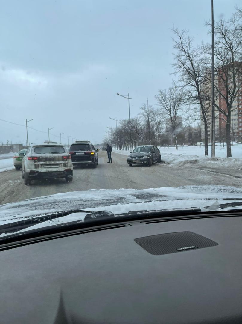 На Витебском между Орджоникидзе и Дунайским Мерс и Renault затрудняют движение