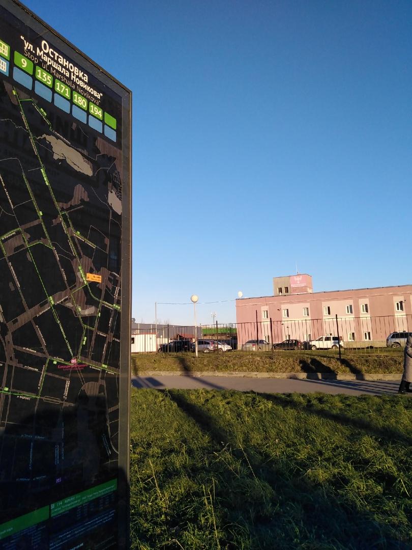 Не туда На остановке пересечение Долгоозёрной и Парашютной установили стенд с улицей Маршала Нов...