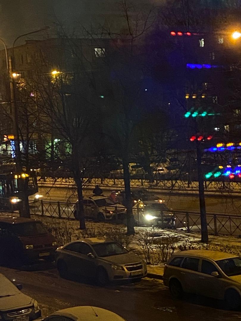 ДТП на Ланском шоссе 23, заняты оба ряда. Троллейбусам не проехать.