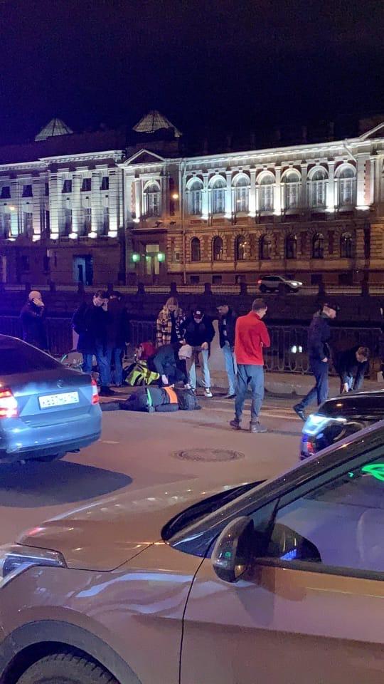 Курьер и велосипедист столкнулись на набережной Фонтанки у бц Лениздат. Движение затруднено.