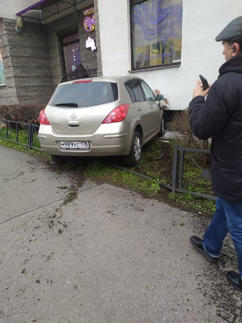 В дом 40к1 на проспекте Энтузиастов въехал Нисан Тиида.