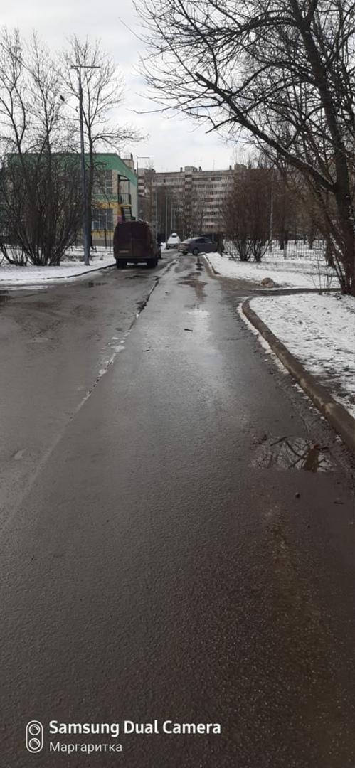 Сегодня днём около 290 школы Красносельского района легковушка съехала с дороги и пробила забор.