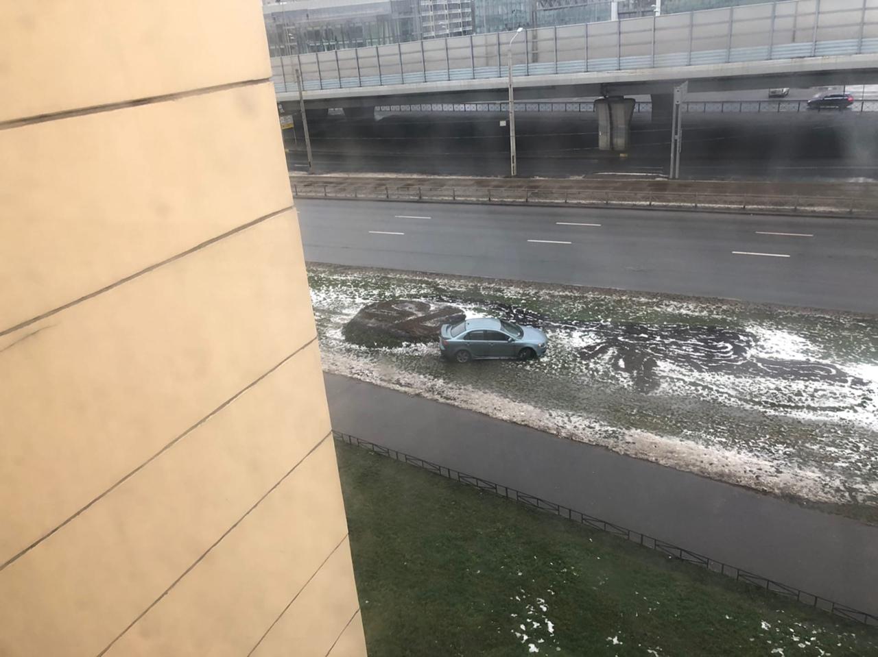 Кто то в ночь на 1 января оставил на газоне разбитый автомобиль. Увидели только в 7 утра, было 2 чел...