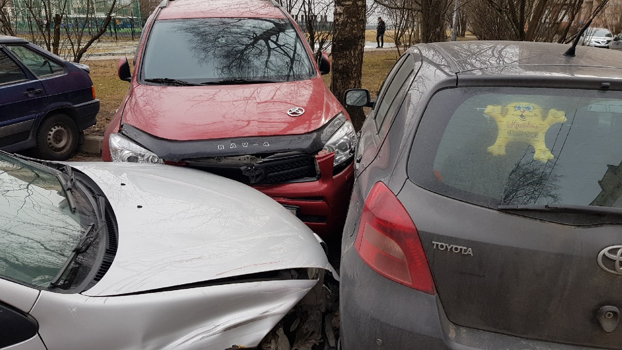 Во дворах Энгельса и Есенина, рядом со школой водитель в САО разбил припаркованные автомобили