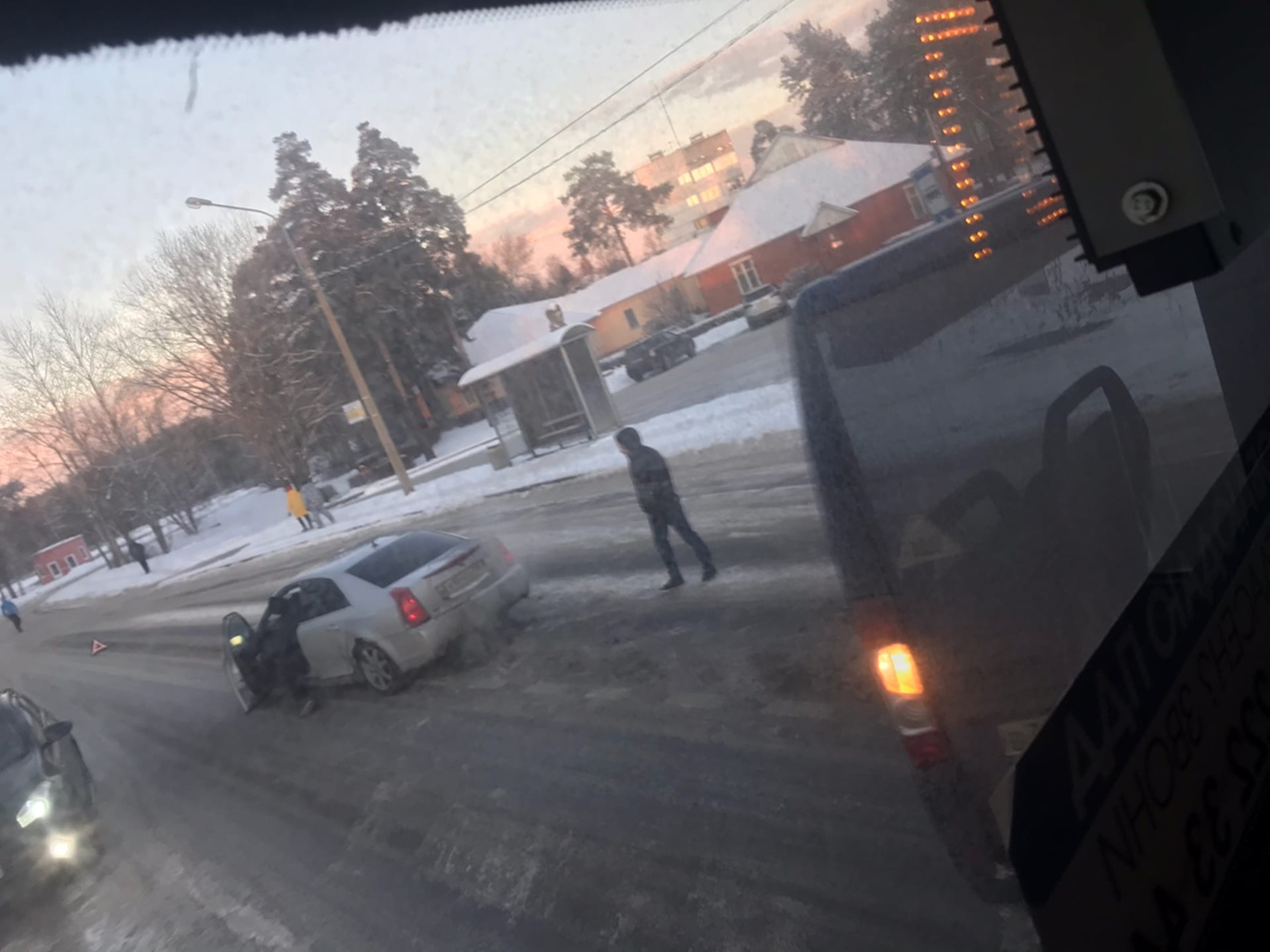 """У автобусной остановке """"ул. Первого мая д. 109"""" столкнулись РЕUGЕОТ ВОХЕR и Cadillac."""