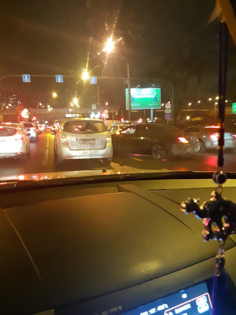Mercedes обидел Тойоту на Ленинском перед перед Кубинской