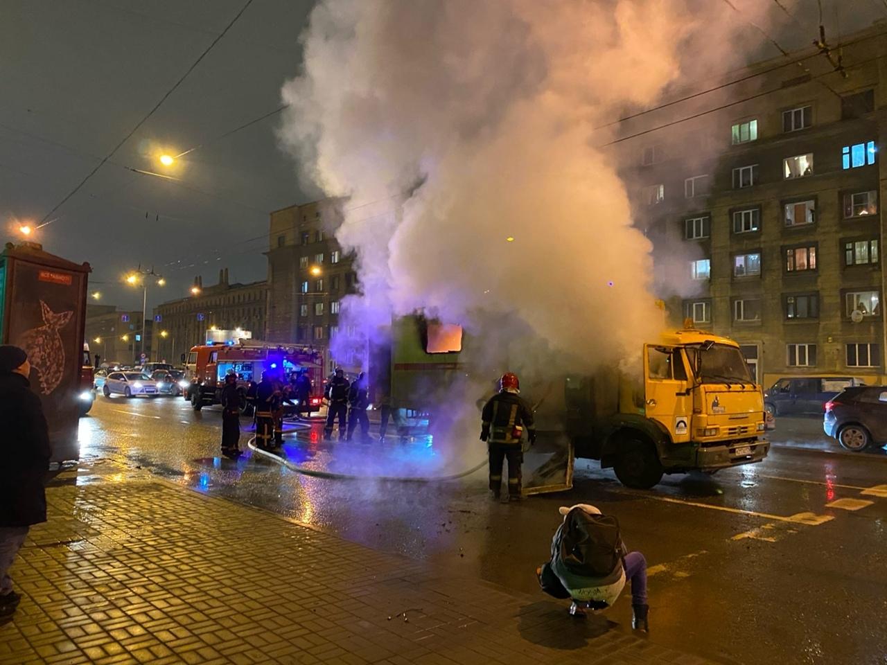 Горит машина тех.помощи на Заневском , точнее ее будка с буржуйкой