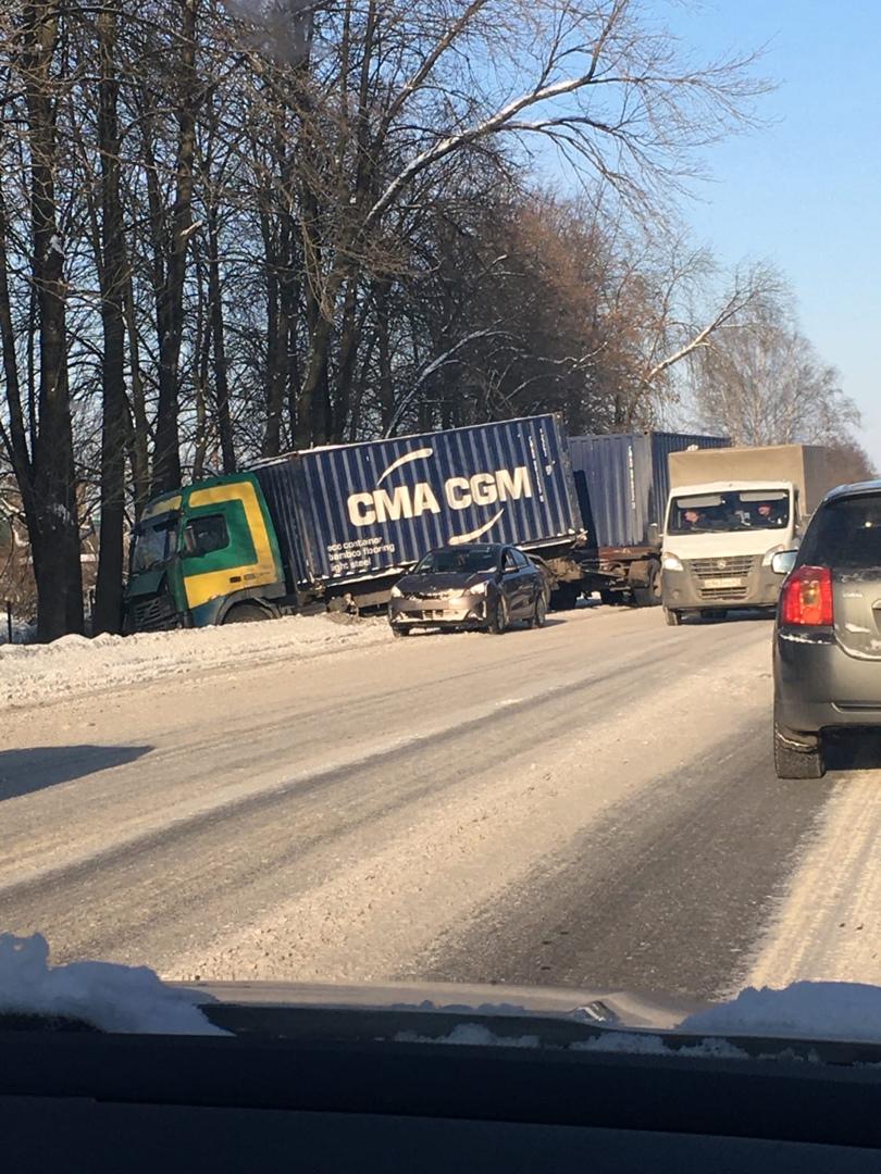 На Таллинском шоссе фура улетела в кювет из-за неочищенных дорог.. пострадавших нет