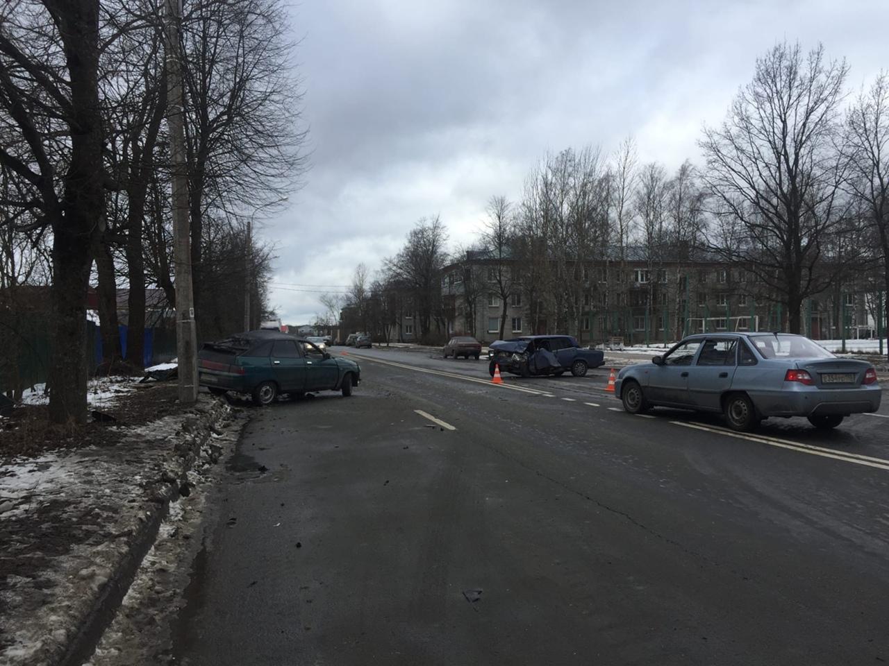 В Новом Петергофе на Озерковой (рядом с домом 19) двенашка и семёрка поцеловали друг друга. p.s по с...