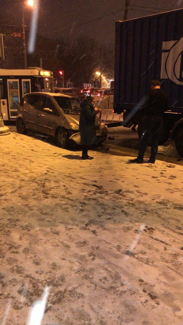 Маленький Mercedes встретился на задним отбойником фуры на площади Мужества..