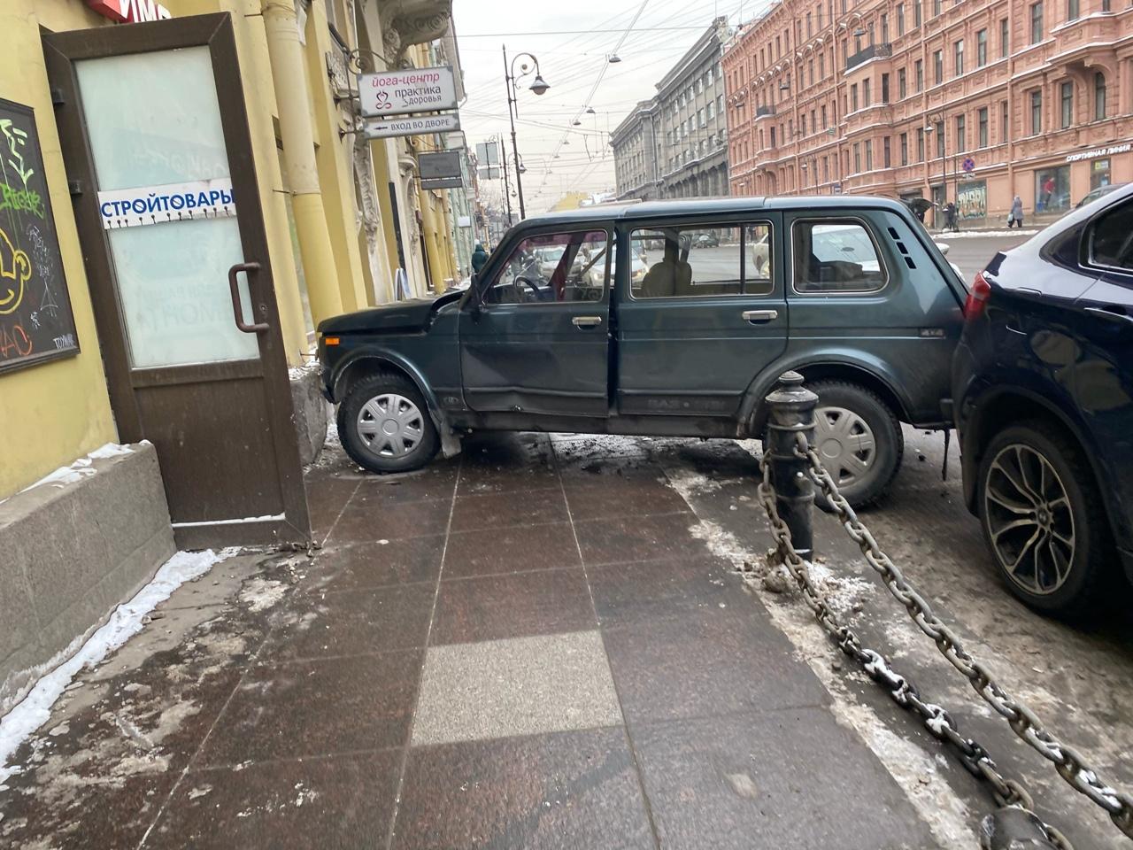На Литейном проспекте у дома 44 произошло столкновение двух автомобилей: Skoda Октавия (Яндекс такс...