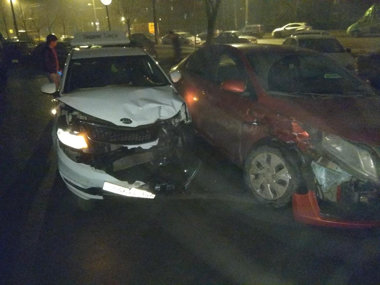 На Маршала Блюхера произошло ДТП во дворах. Белый ехал вдоль дома мимо припаркованных в ряд машин, и...