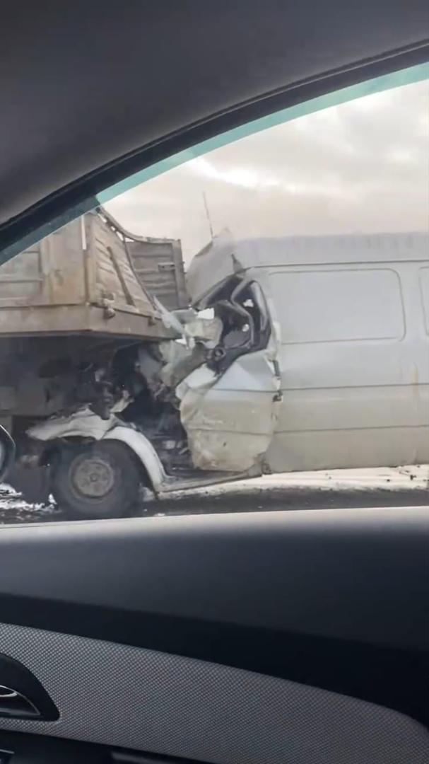 На 64 км внешней стороны КАД, у съезда на Московское шоссе, микроавтобус врезался в грузовик.