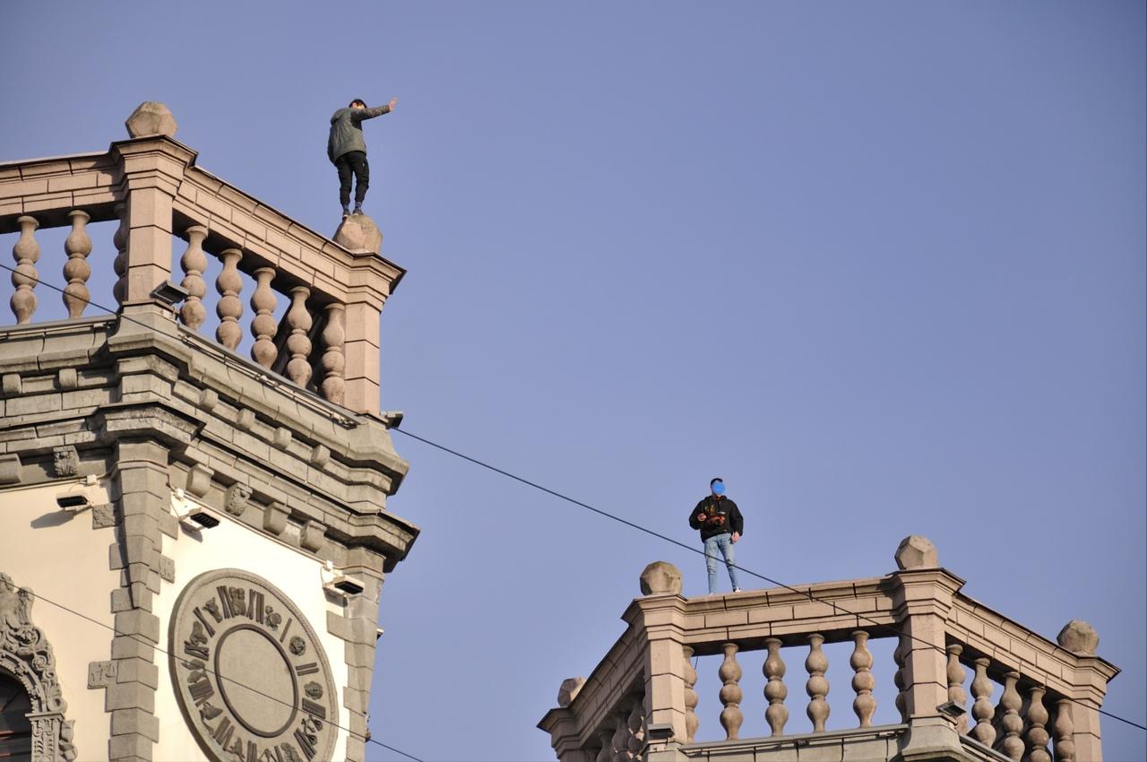 Вечером пятницы пятеро молодых людей в районе 20-30 лет вприпрыжку лазали по башням и крыше театра М...