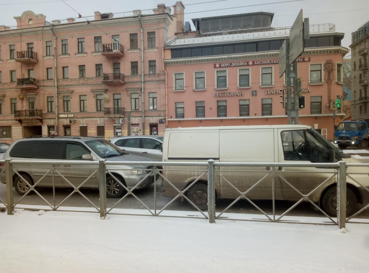 Я был недостаточно быстр на Ждановской набережной у дома 7 и меня догнали. Стоим в правом ряду, ждем...