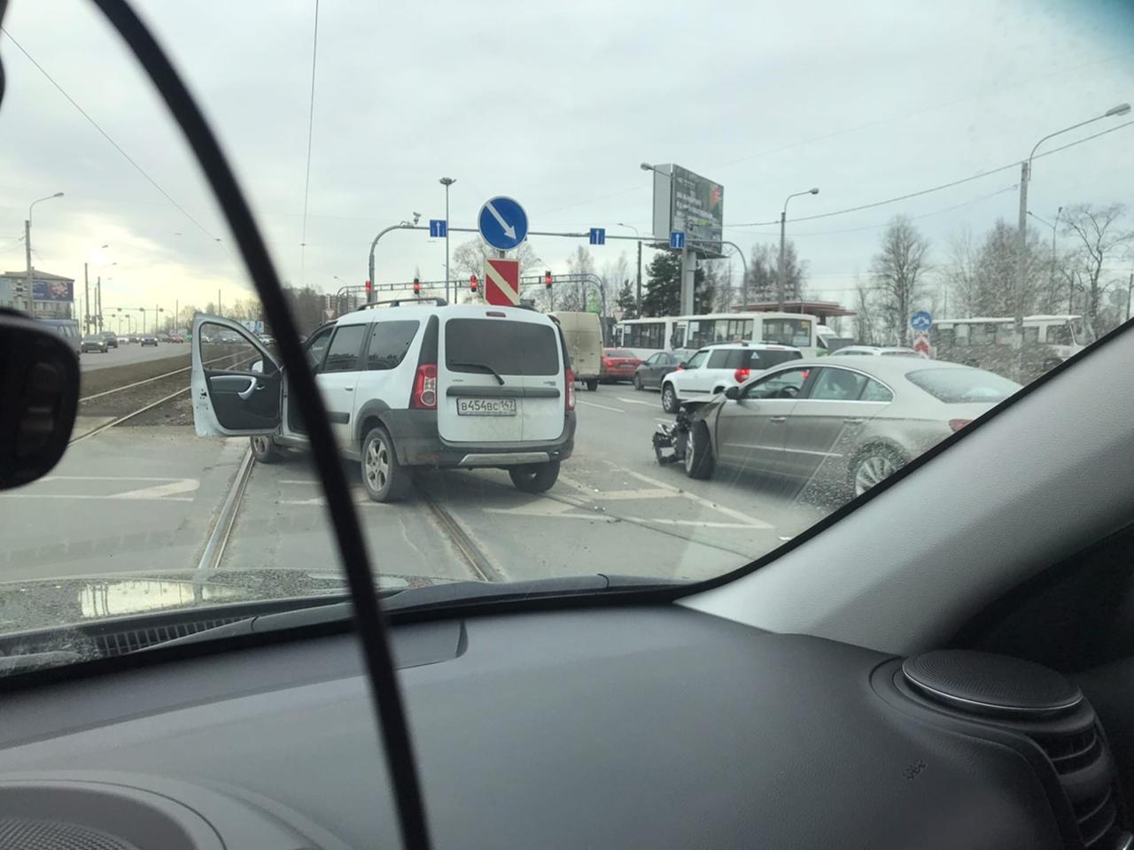 ДТП на Энгельса напротив McDonald's устроили Ларгус и Пассат