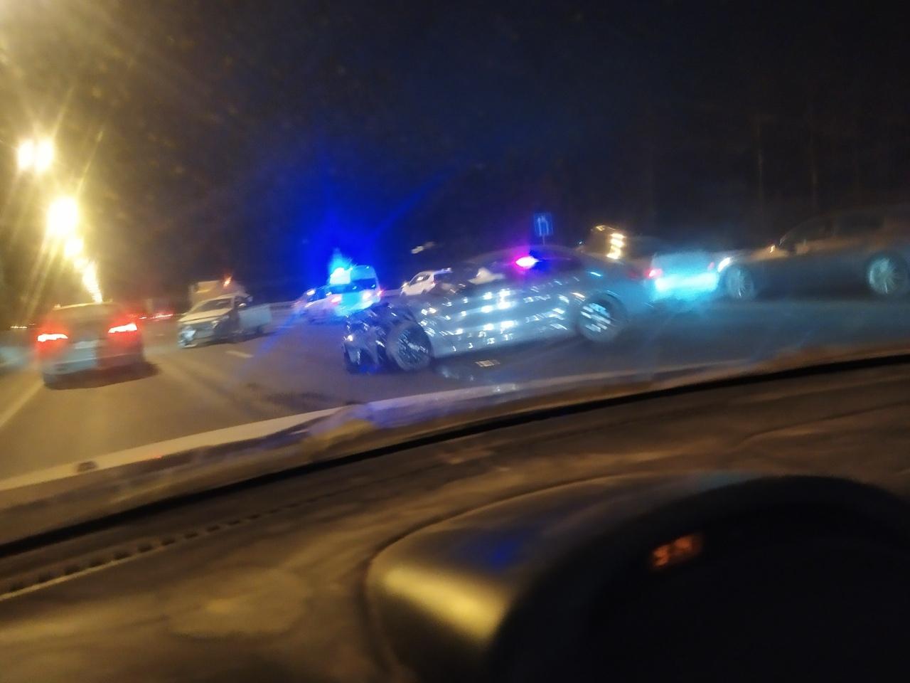 Авария на 23 км Киевского шоссе в сторону Гатчины. ДПС и скорая на месте. Пробка приличная