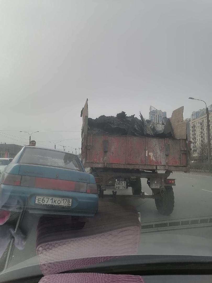 Улица Типанова. Направление от Витебского к Космонавтов. Трактор настойчиво шёл с крайнего правого р...