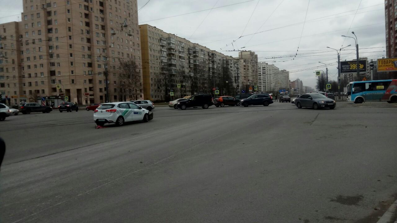 Два каршеринга столкнулись на перекрёстке Энгельса и Луначарского.