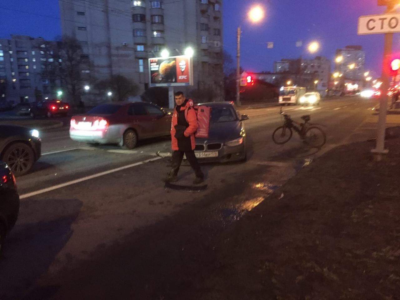 Приора и БМВ столкнулись на Краснопутиловской 121