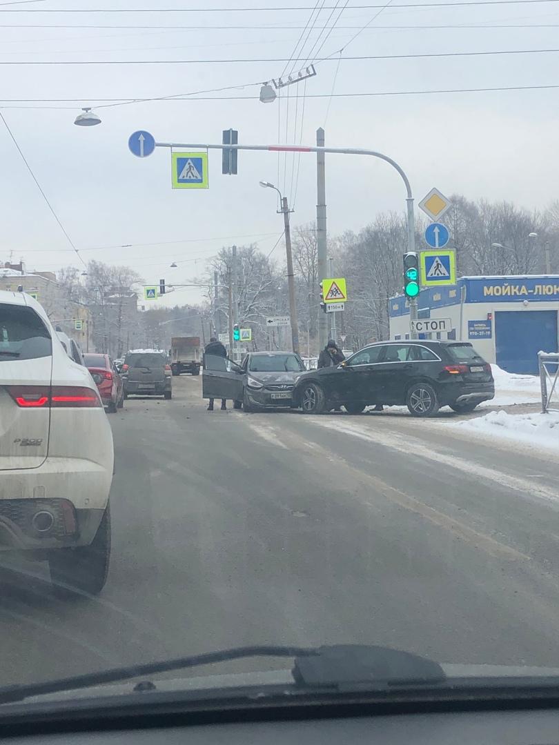 На Торжковской улице у Shell разложились три машины, Два Hyundai и Mercedes