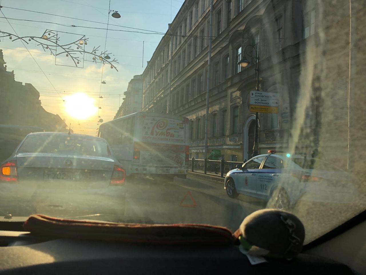 Renault и маршрутка столкнулись на пересечение Литейного и Белинского... Движение в сторону Невского за...