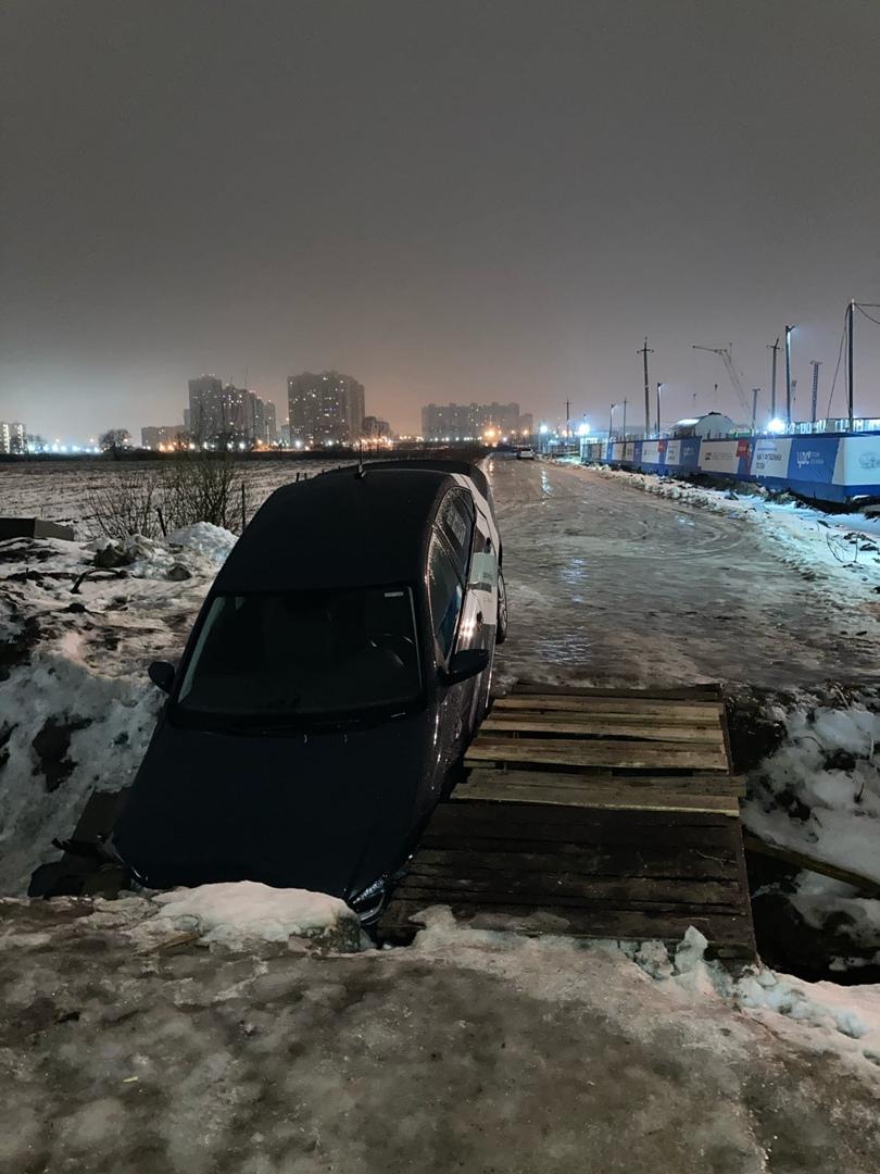 Каршеринг делимобиль съехал в ручей на Ручьевском проспекте в Западном Мурино
