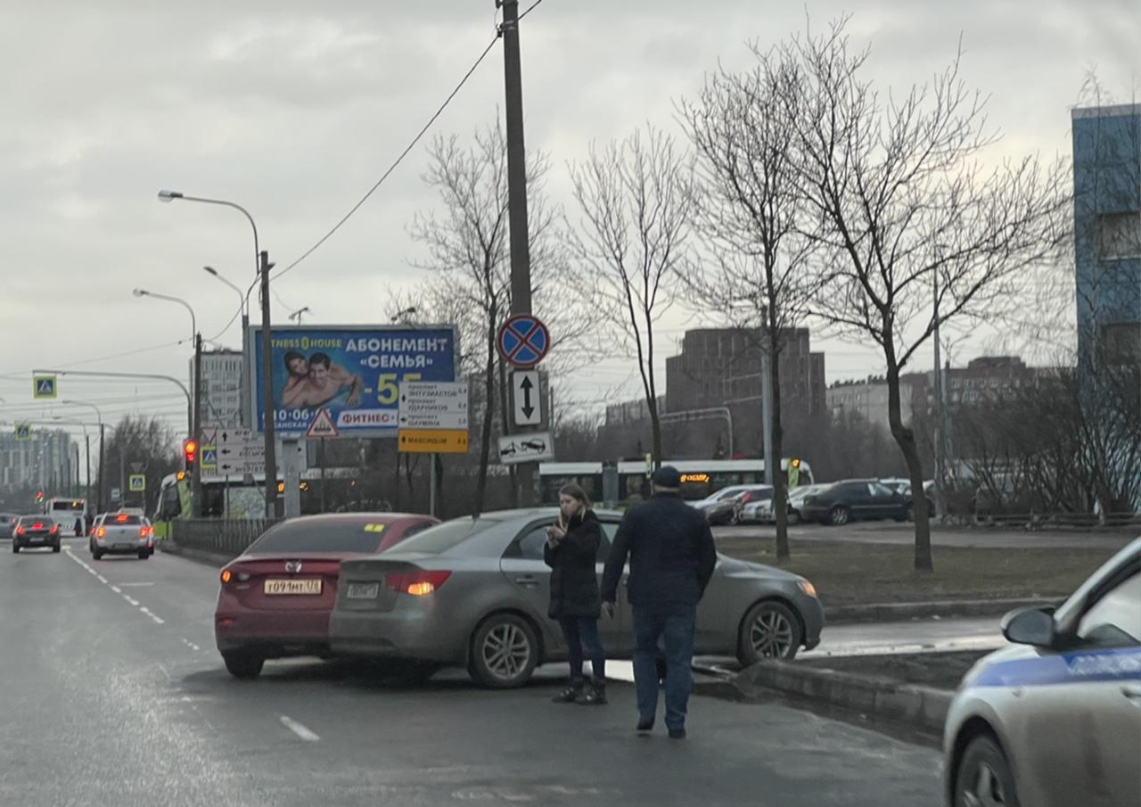 Mazda и Киа попали в ДТП на Передовиков перед Косыгина в сторону Энтузиастов в правом ряду.