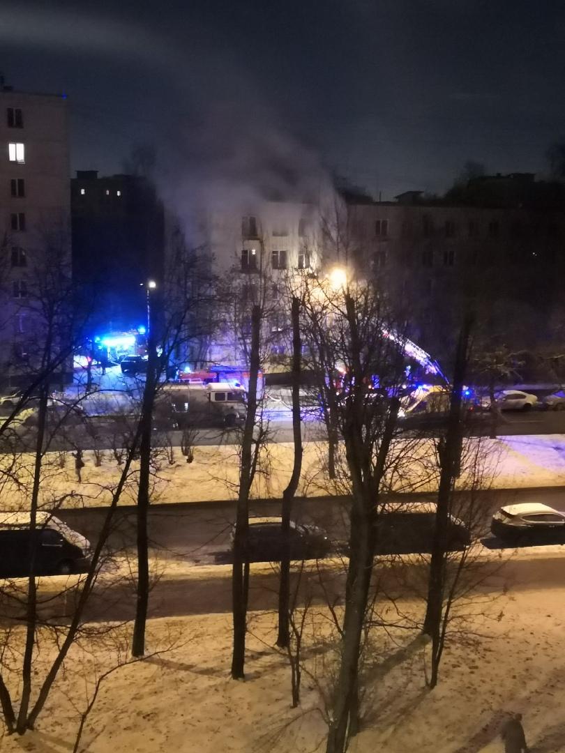 На Улице Подводника Кузьмина, в доме 8, горит квартира, скорая подъезжает одна за другой, 4 пожарн...