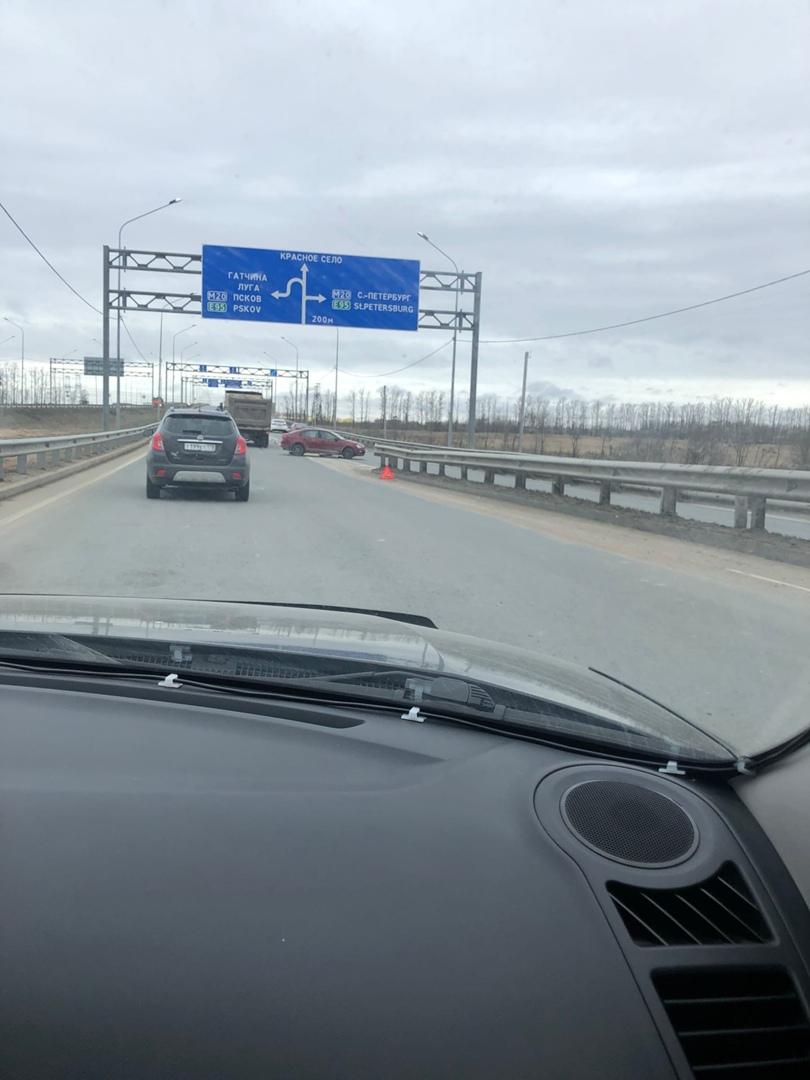 На Красносельском шоссе в районе развязки со стороны Пушкина Камаз столкнулся с легковушкой.