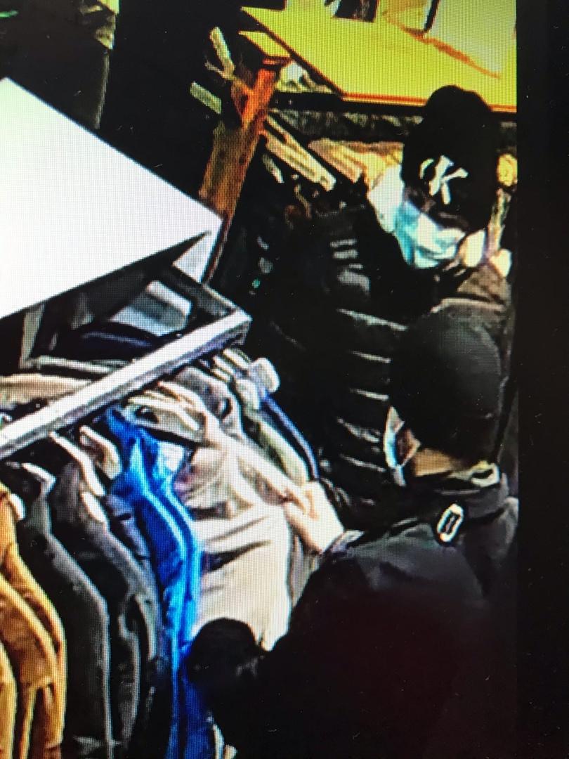 Группа смуглых воров прошлась по магазинам в ТК «Капитолий» Сотрудники магазина одежды в торговом к...