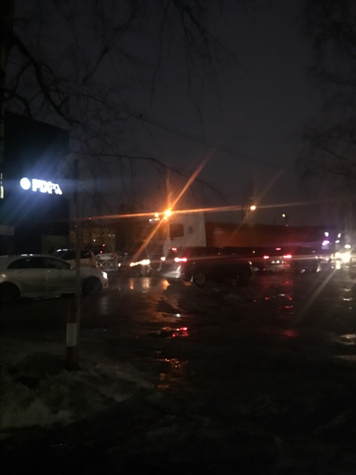 В Буграх толкнулись две легковушки, а потом фура не рассчитав габариты въехала в одну из машин.