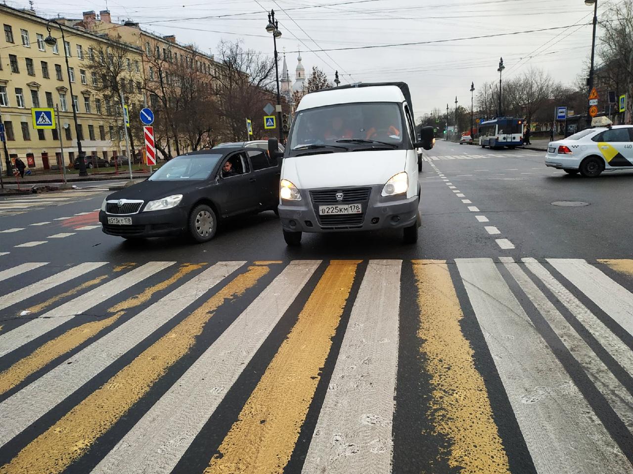 На перекрестке Большого проспекта В.О. и 8-9 линии. Светофор не работал я на Газели остановился проп...