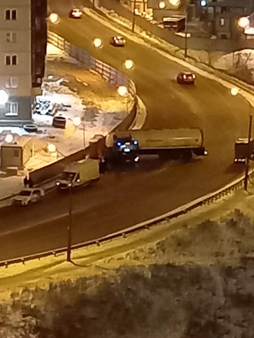 На мосту в Рыбацком развернуло бензовоз.