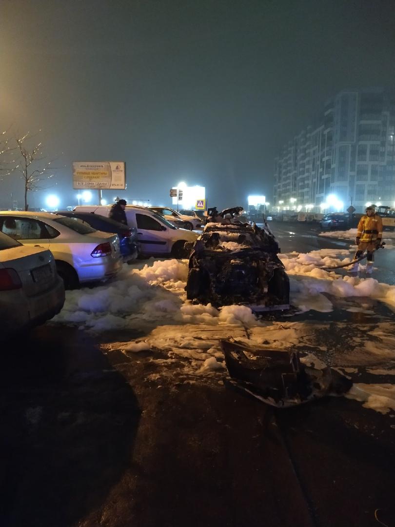 В Кудрове, на проспекте Строителей у дома №2, рядом с пятерочкой сгорел Mercedes чёрного цвета. От ...