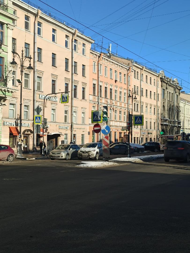 Встретились двое передт перекрестком Кирочной и Радищева. Движение в сторону Литейного проспекта па...