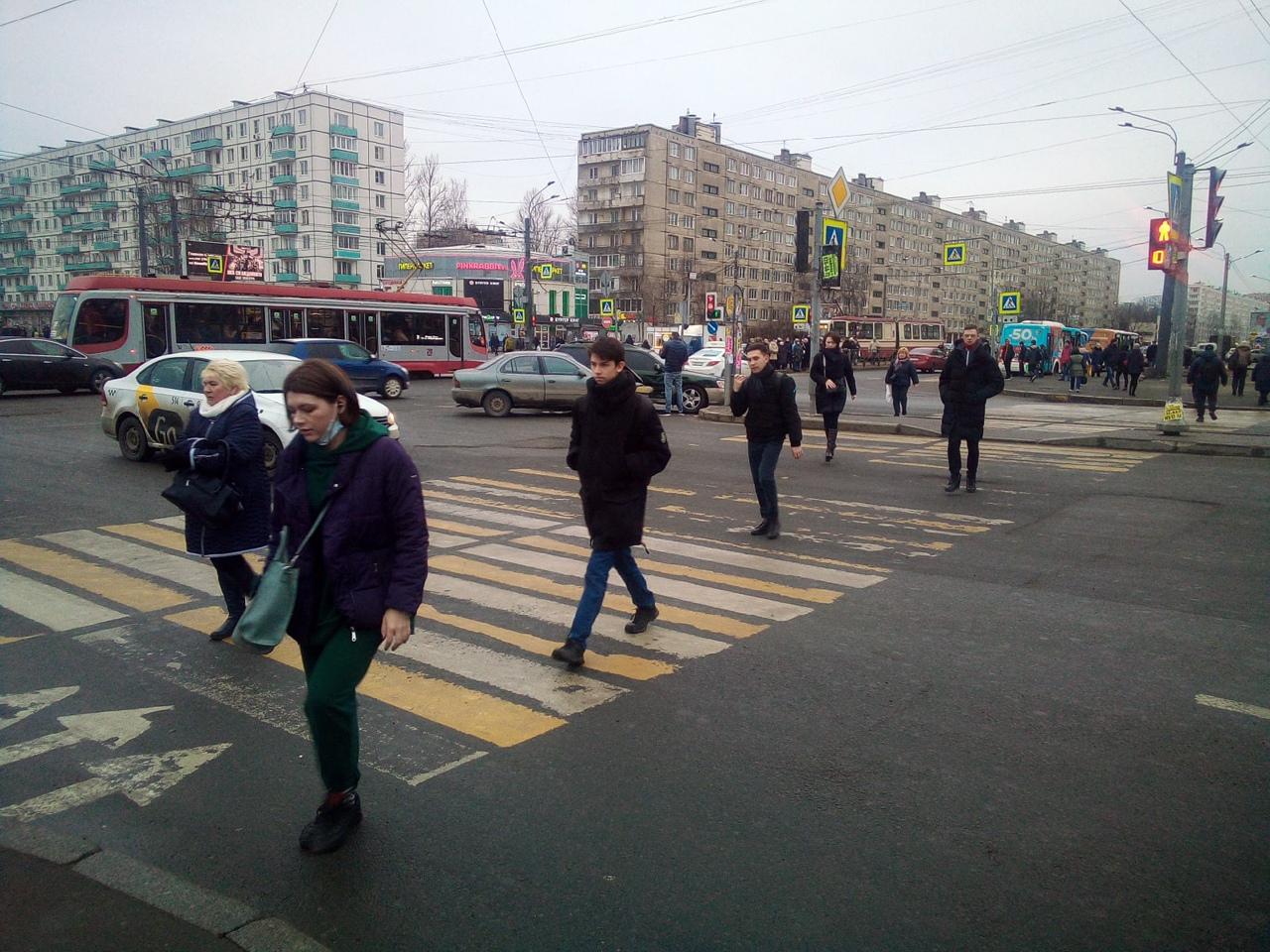 На перекрестке Дыбенко и Большевиков Галант протаранил Subaru. Пострадавших нет, ждут дпс.