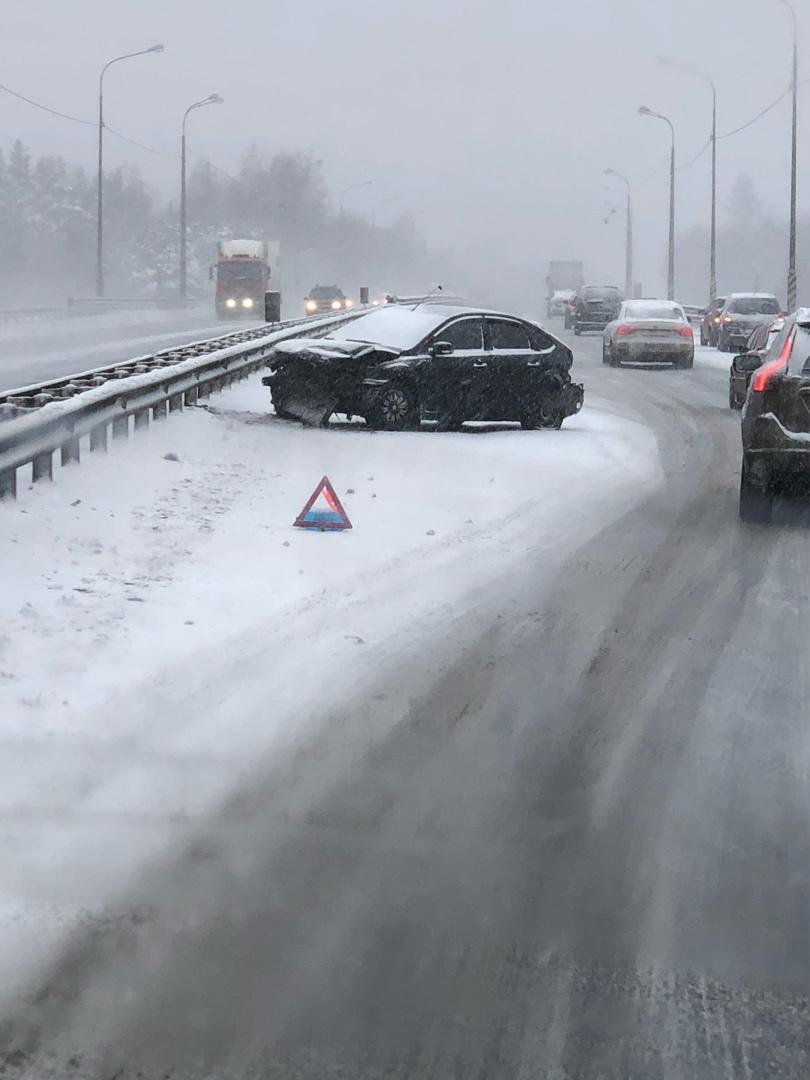 На Мурманском шоссе в сторону города много аварий. Лёд... Встречка тоже собирает пробки.