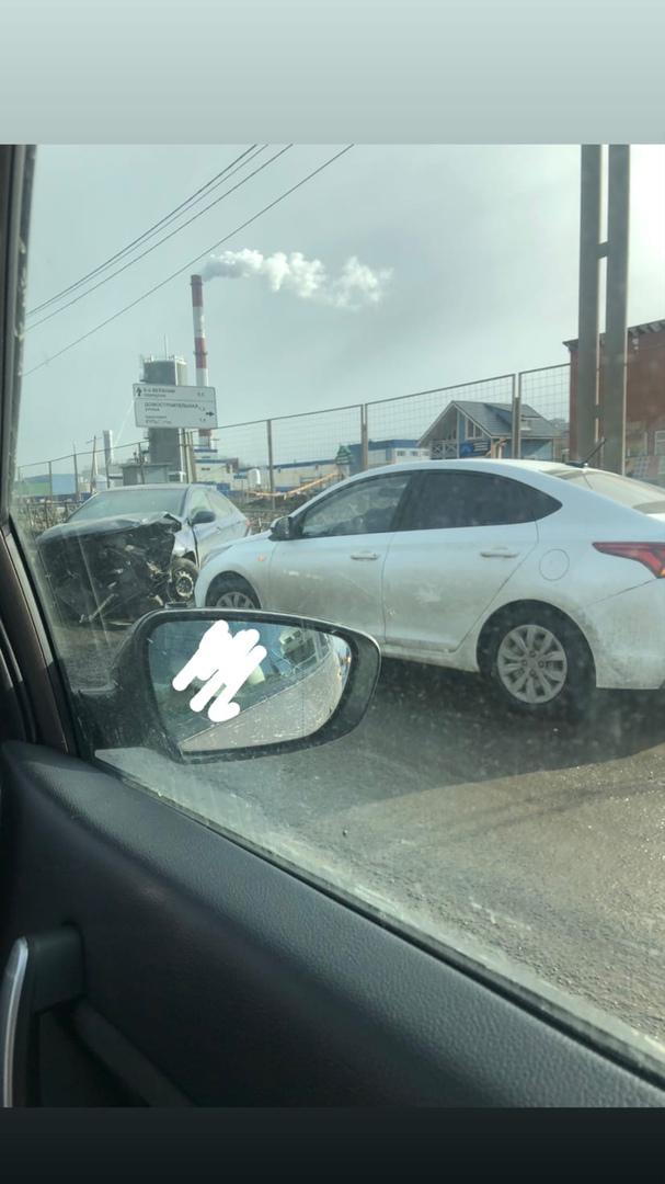 Авария на Энгельса, перед перекрёстком с 6-м Верхним переулком, в сторону КАД. Имеется пробка.
