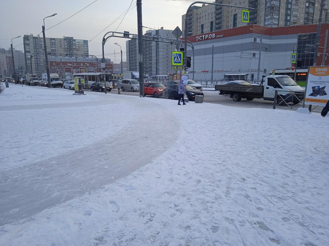 Стукнулись на проспекте Косыгина, перед пересечением проспекта Передовиков, две малолитражки. Чуть ...