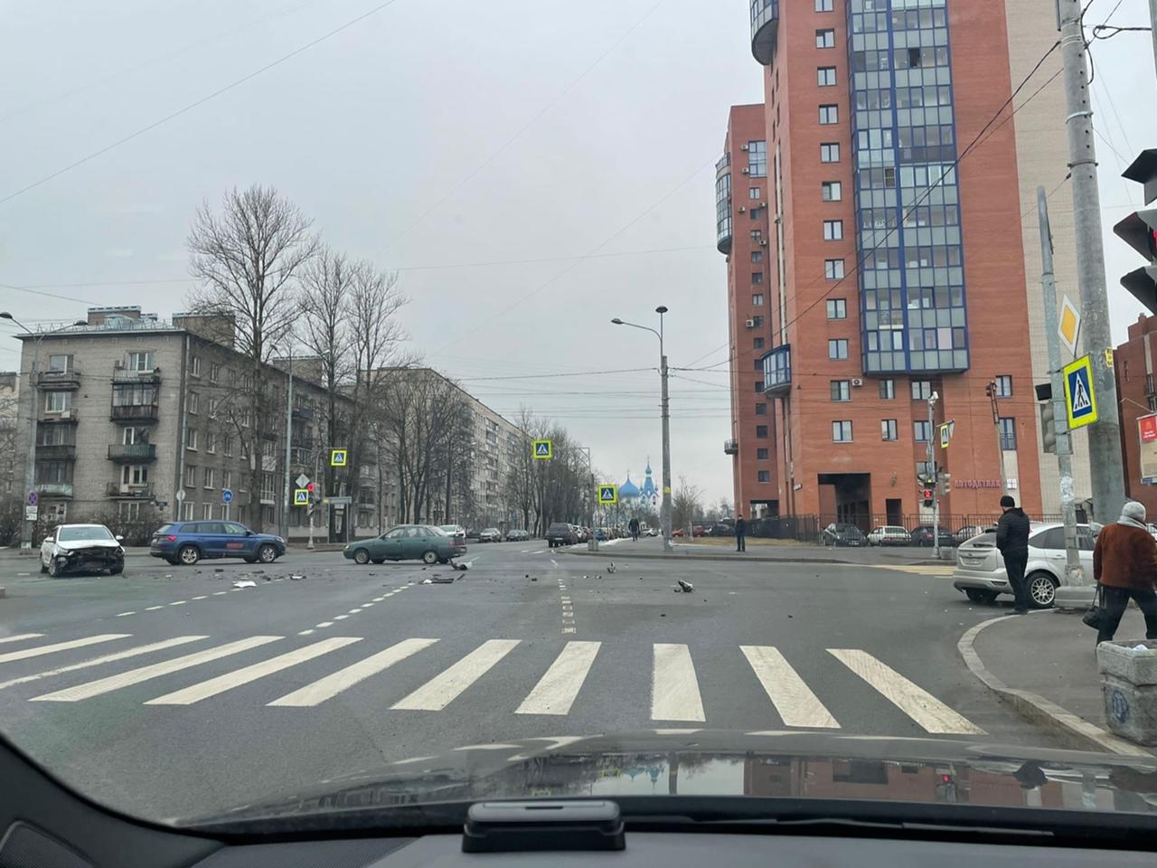 Фокус и Hyundai Ситимобиль раскидали свой пластик на перекрёстке Гагарина и Ленсовета , гаи пока нет