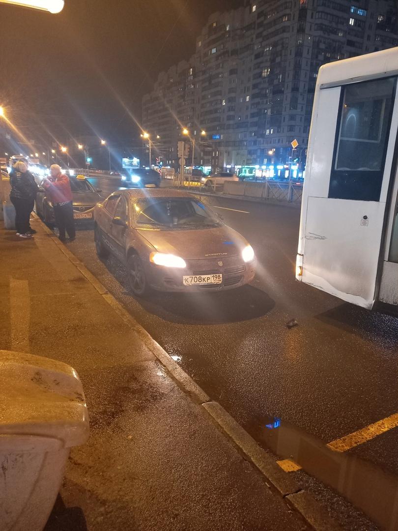 На Беговой, около метро, автобус Нефаз при перестроении задел Додж Стратус