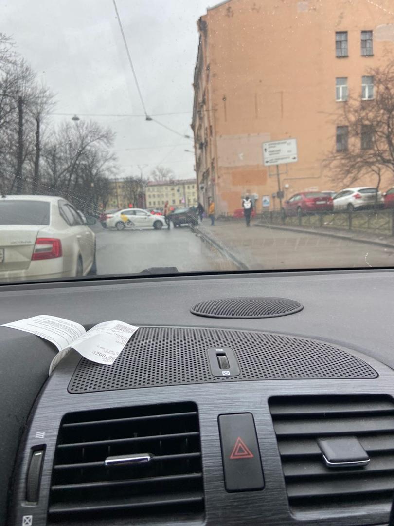 На Старо-Петергофском 16 трамваи встали из-за ДТП. Проезд по встречке, пробка растёт.