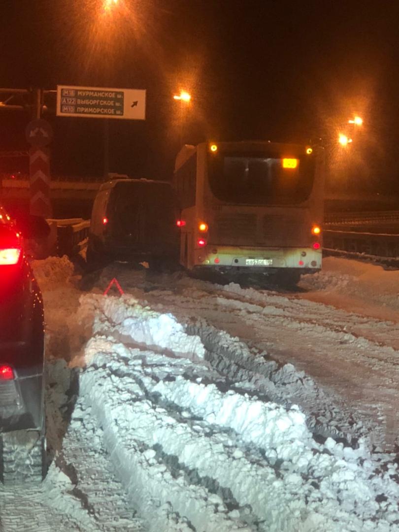 Газель и автобус заняли поворот с Софийской на КАД